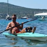 Hugo rád jazdí aj v kajaku na mori